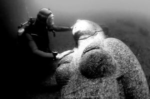 تماثيل في البحر